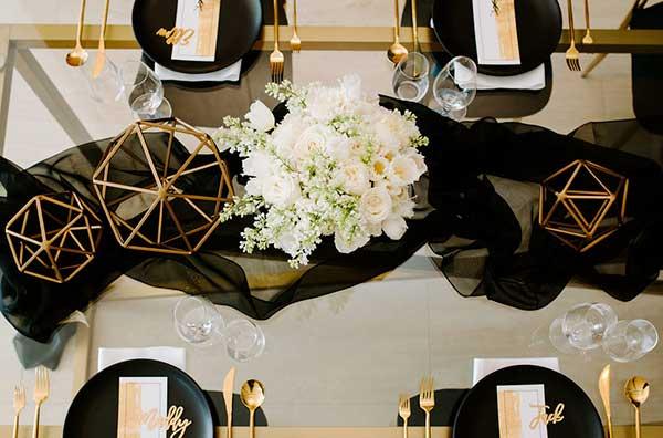Сервировка стола в черно-золотых тонах
