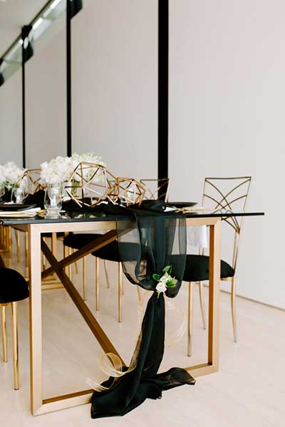 Декорирование праздничного стола цветами
