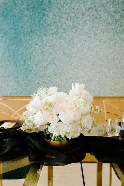 Цветы в оформлении праздничного стола