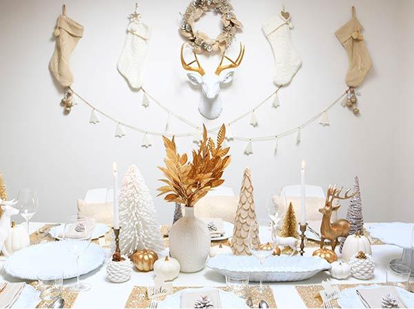 Новогодняя бело-золотая сервировка стола