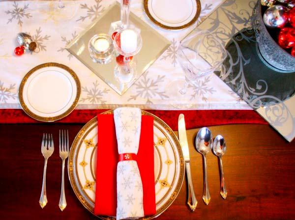 Рождественская сервировка стола в красно-белых тонах