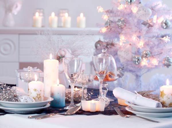 Новогодняя белая с серебром сервировка стола
