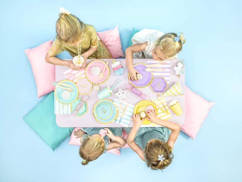 Сервировка детского стола с конфетти