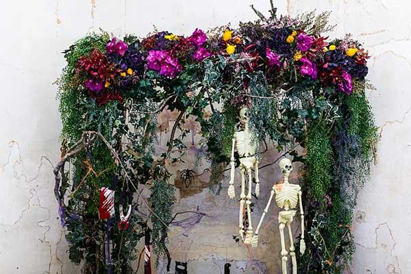 Декорирование цветами помещения на Хэллоуин