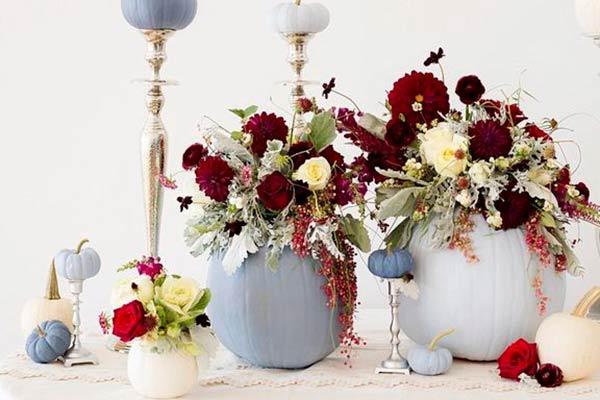 Сервировка праздничного стола на Хэллоуин - тыквы с живыми цветами
